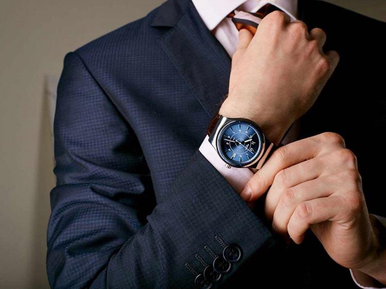 Homem colocando relógio no pulso