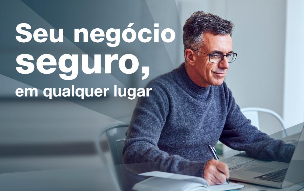 Homem trabalhando no notbook