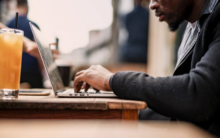 Homem trabalhando em um café